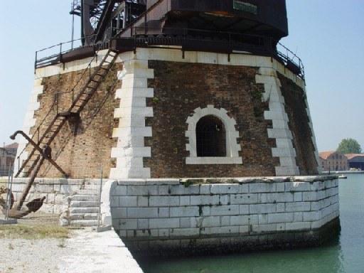 La gru di Venezia - Il basamento