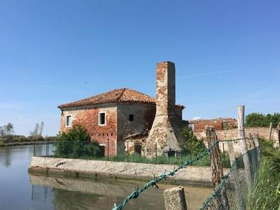 Immagine dei casoni, le tipiche abitazioni lagunari dei pescatori