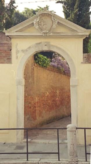 il portale con lo stemma (1)