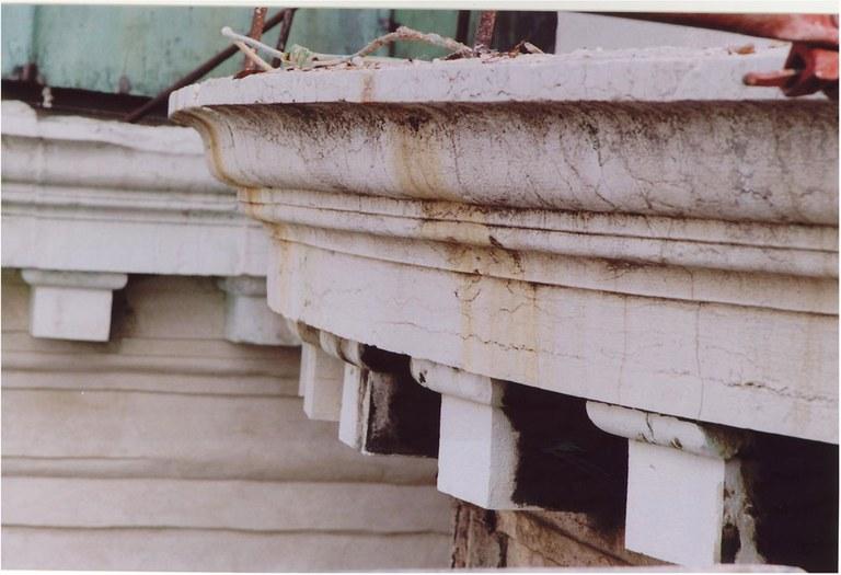 Stato di degrado del cornicione in pietra