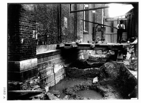 foto in bianco e nero dei lavori di ampiamento delle fondazioni del campanile ai primi del '900