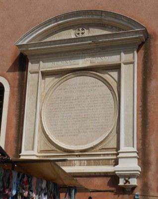 Lapide rettangolare con cornice modulata e timpano curvilineo. Nel tondo inscritto al centro dell'edicola sono incisi i nomi dei caduti della Prima Guerra Mondiale. Al centro del timpano croce greca, clipeata, con estremità patenti.