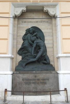 L'opera è composta da un basamento in granito, di forma convessa, con iscrizione commemorativa centrale. Sopra è posto il rilievo scultoreo che rappresenta la morte di un soldato. Sullo sfondo marmoreo, nella parte superiore dell'opera, è un'iscrizione in latino.