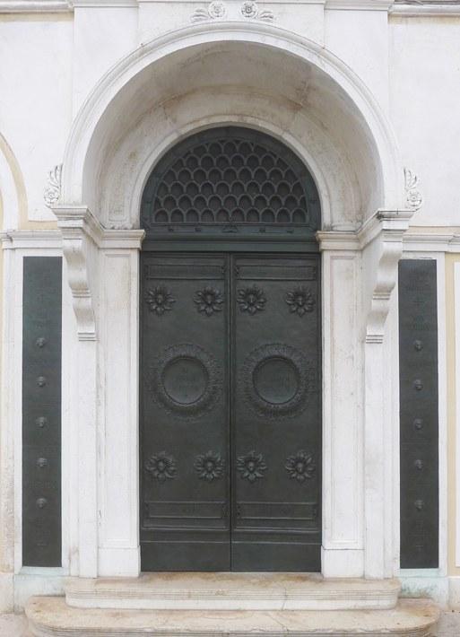 Chiesa anglicana di Saint George, portale