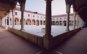 Foto dal angolo del chiostro del complesso degli Incurabili